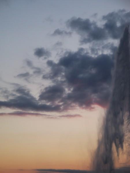 Jet d'eau et nuages