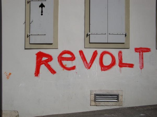 Revolt en rouge sur un mur blanc