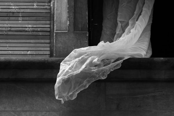 rideau flottant dans le vent, en dehors de la fenêtre