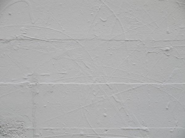 traces sur un mur recouvertes de peintures blanches