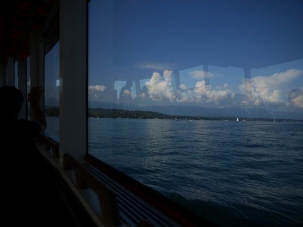 vue sur le lac et les nuages de l'intérieur d'une mouette.
