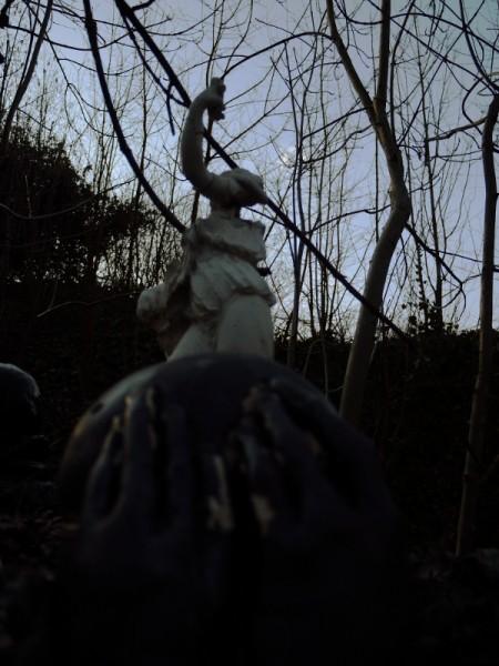 morceaux de statues dans un jardin, l'hiver