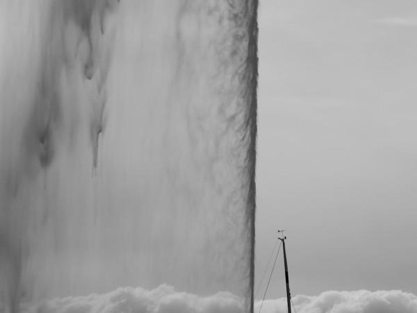 bout de jet d'eau de Genève, sur fond de ciel et de nuage, en noir et blanc