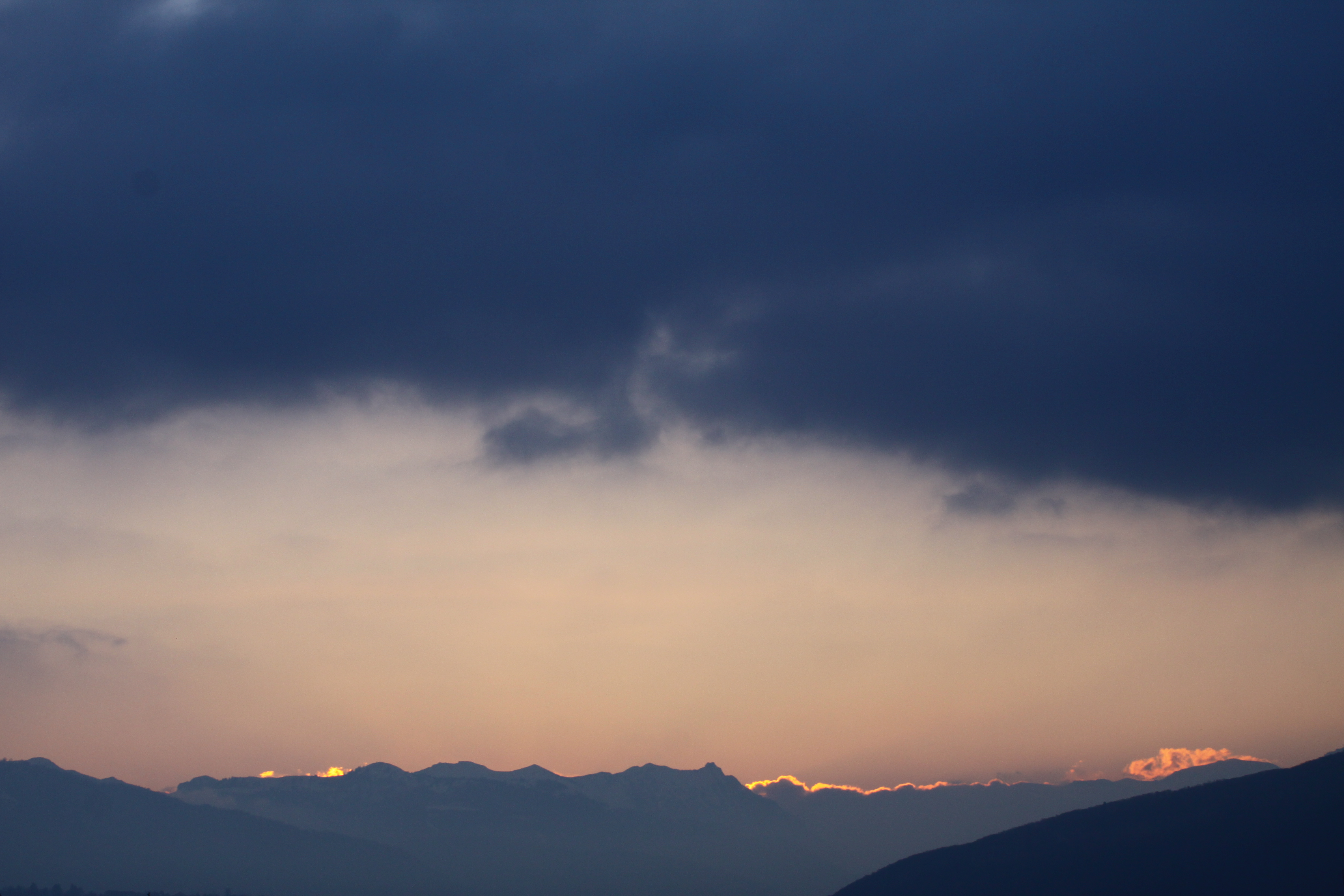 lever de soleil au-dessus des montages et des nuages