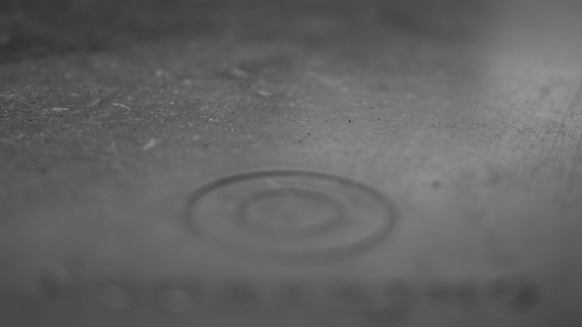 surface métallique grise, floue