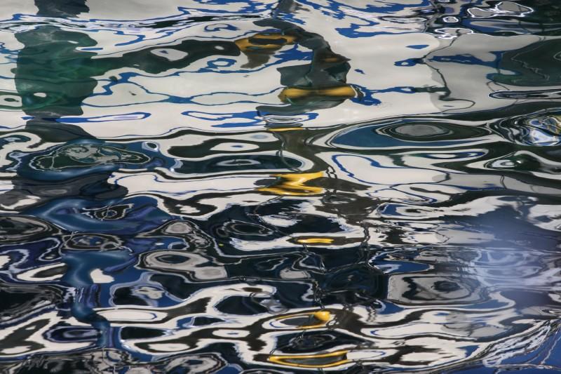 reflets multicolores dans l'eau