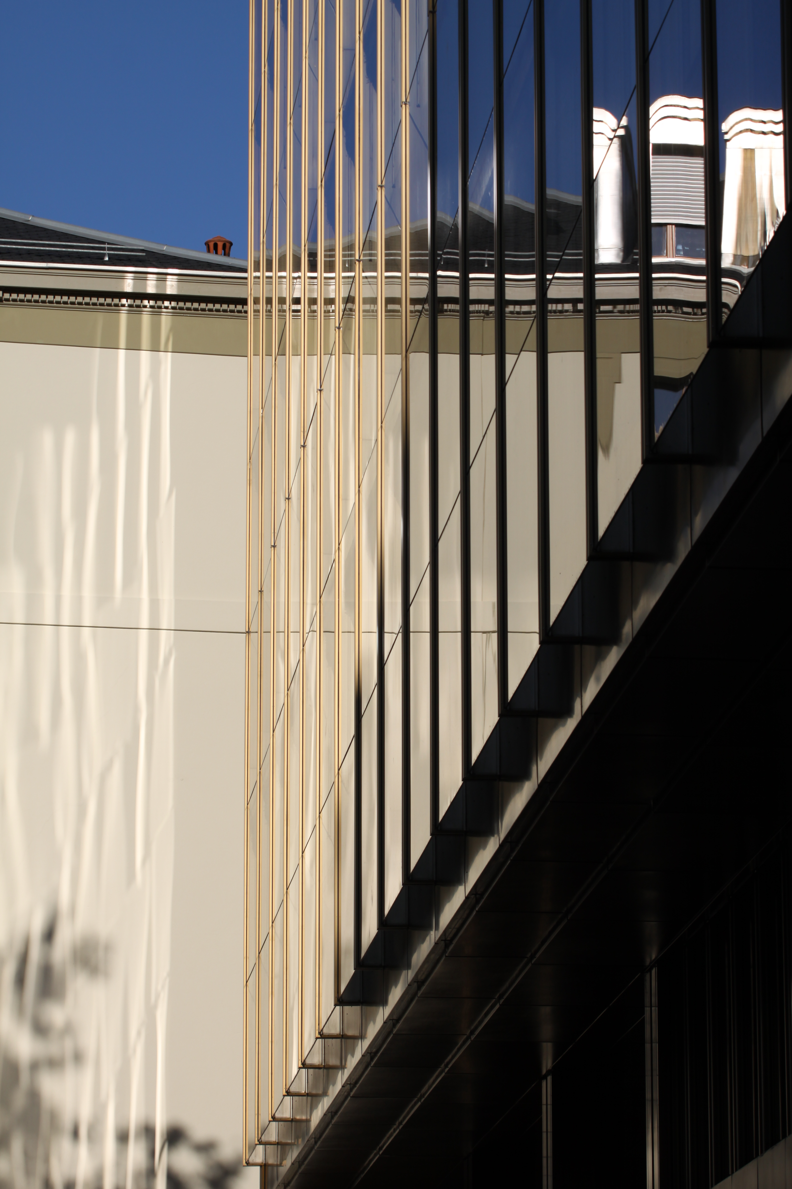 reflet d'un immeuble dans la parois vitrée d'un autre immeuble