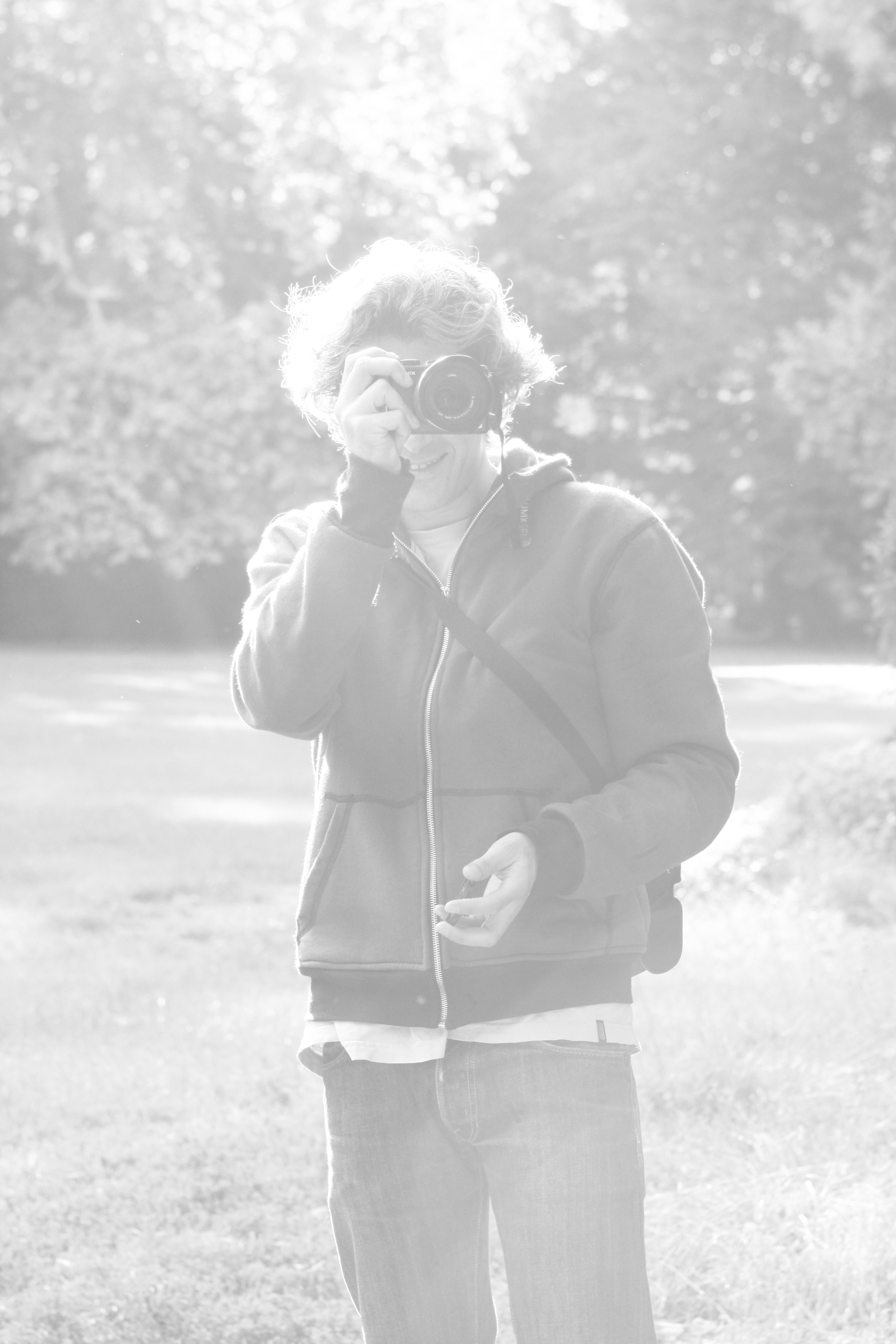 photo d'homme photographiant, noir blanc