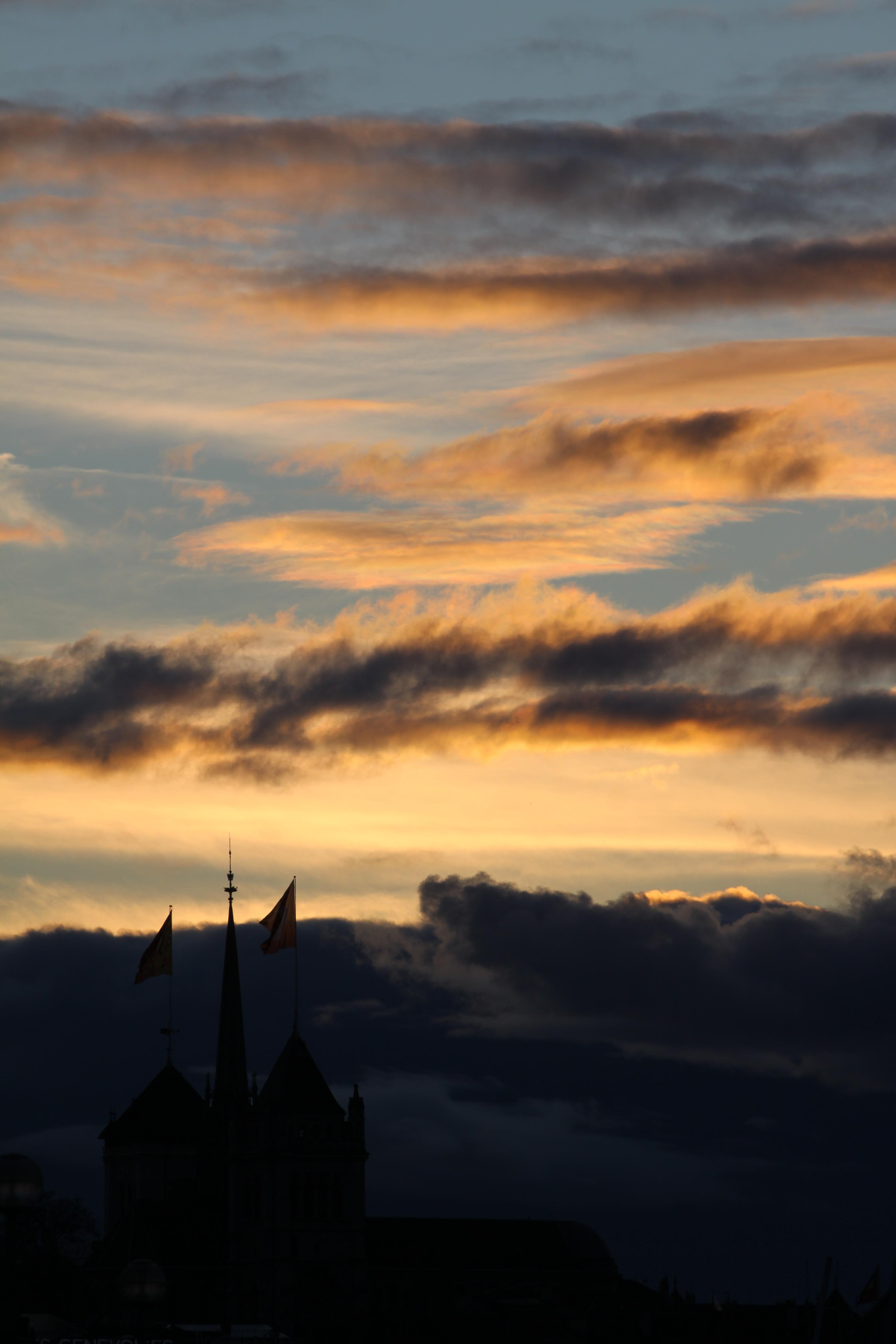 ciel de coucher de soleil, bleu et orange, dans la partie supérieure de l'image avec la cathédrale Saint-Pierre en bas à gauche de l'image