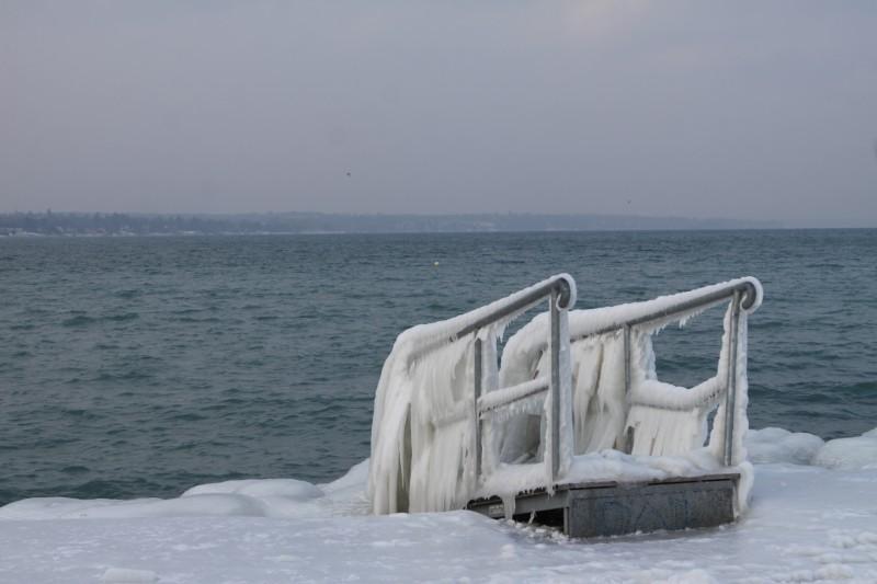 ponton gelé au bord du lac Léman, Genève