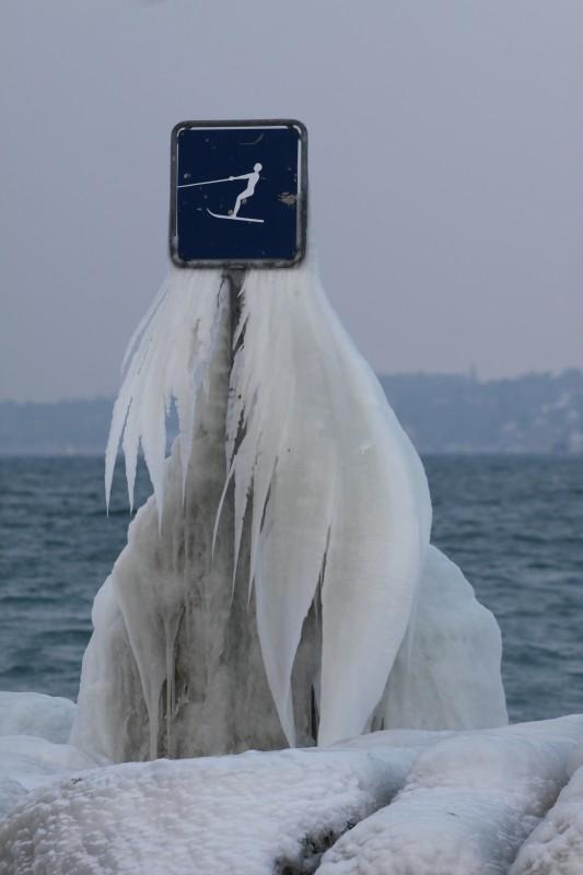 panneau de ski-nautique gelé au bord du Lac