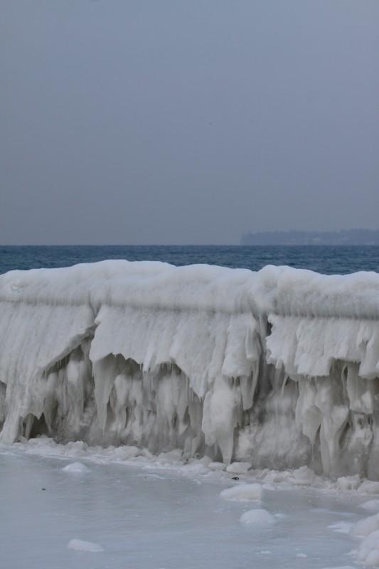 barrière gelée au bord du lac