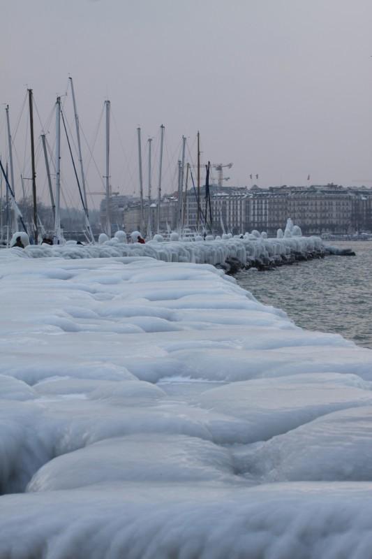 rade du Lac Léman gelée, pierres recouvertes d'une épaisse couche de glace