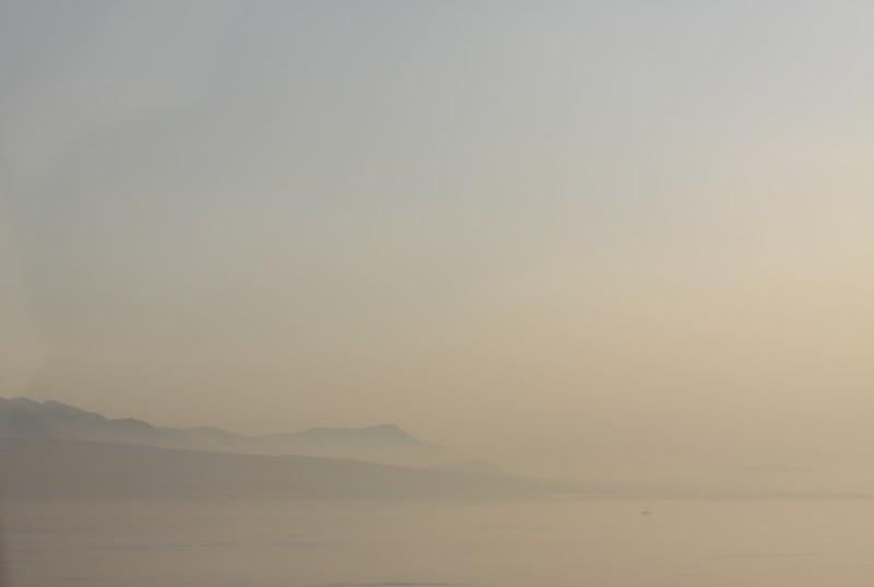 paysage, vue du Lac Léman dans la lumière du soir, eau brume, montagnes, ciel