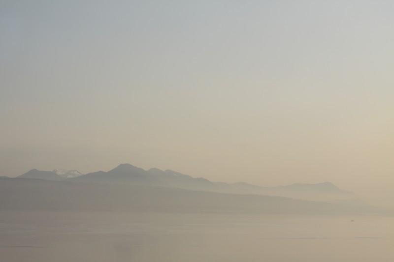paysage, lac en premier plan (Lac Léman), montagnes en arrière-plan, brume et lumière du soir