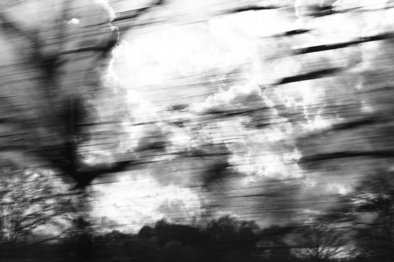 paysage photographié depuis le train, vitesse lente, noir-blanc, flou