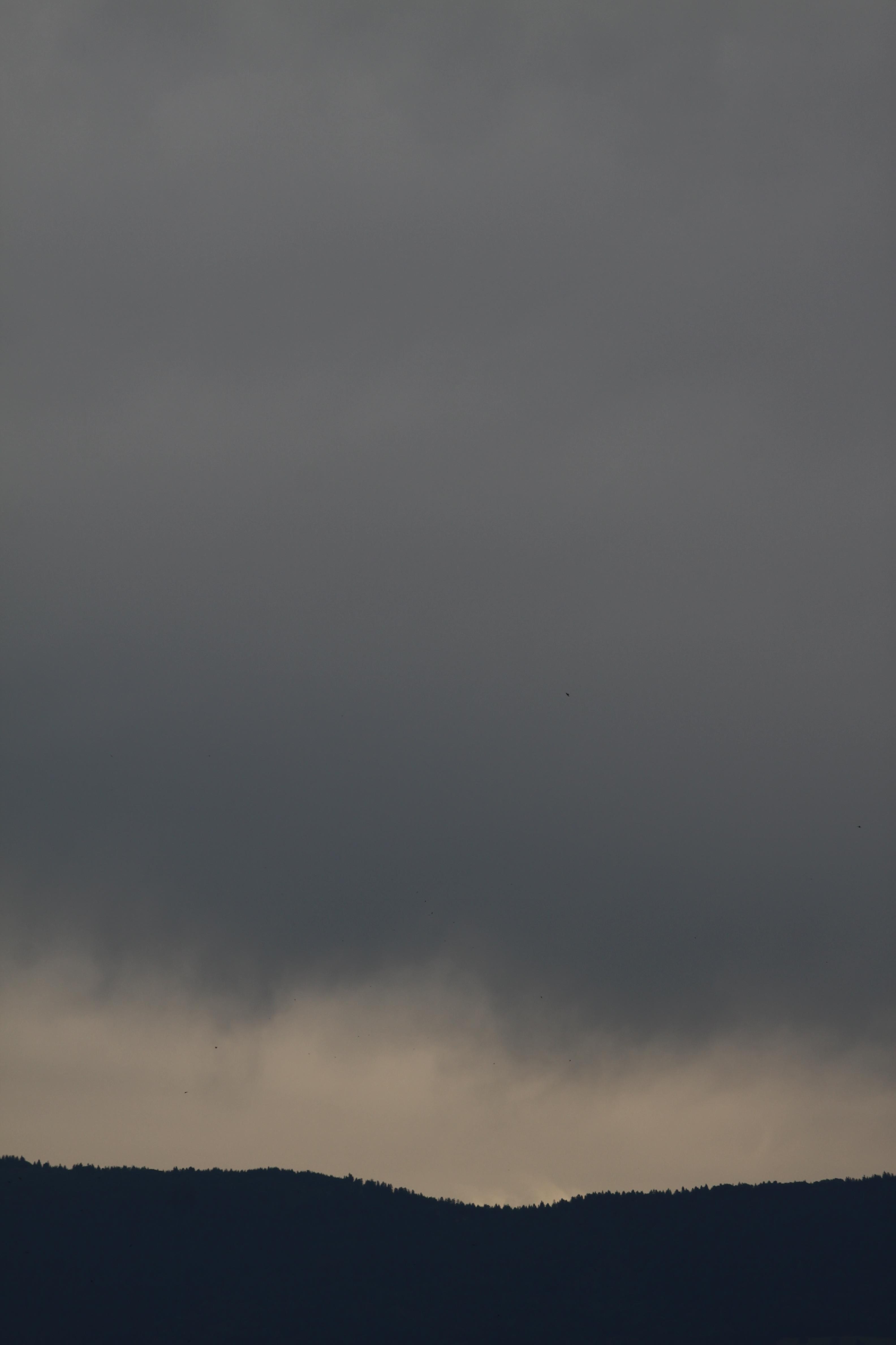 ciel gris et pesant au-dessus d'une montagne (Voirons), éclaircie entre le ciel et la montagne