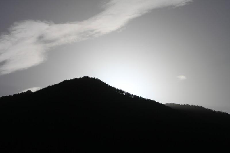 soleil derrière la montagne, photo contre-jour