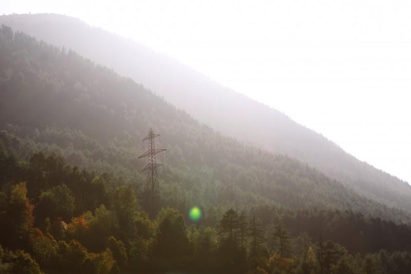 soleil de face au-dessus de la montage avec pilone et tache lumineuse verte