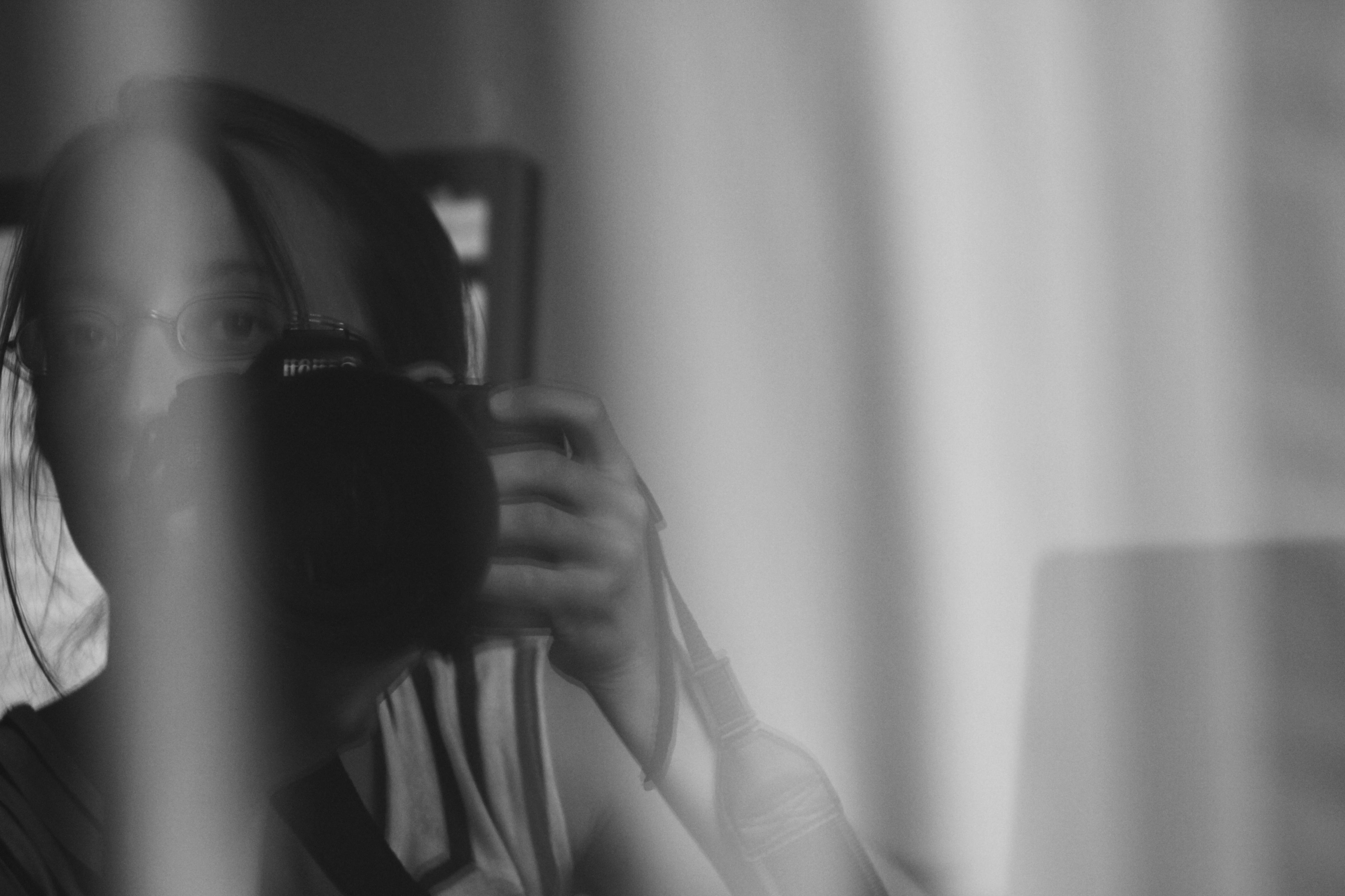 autoportrait dans une vitre avec reflet, noir-blanc