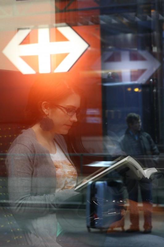 reflet, superposition, jeune femme lisant, gare
