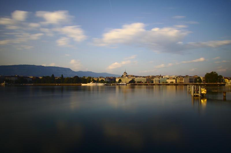 photo paysage de la rade de Genève, avec cathédrale Saint-Pierre, lumière de lever de soleil, lac, pause longue