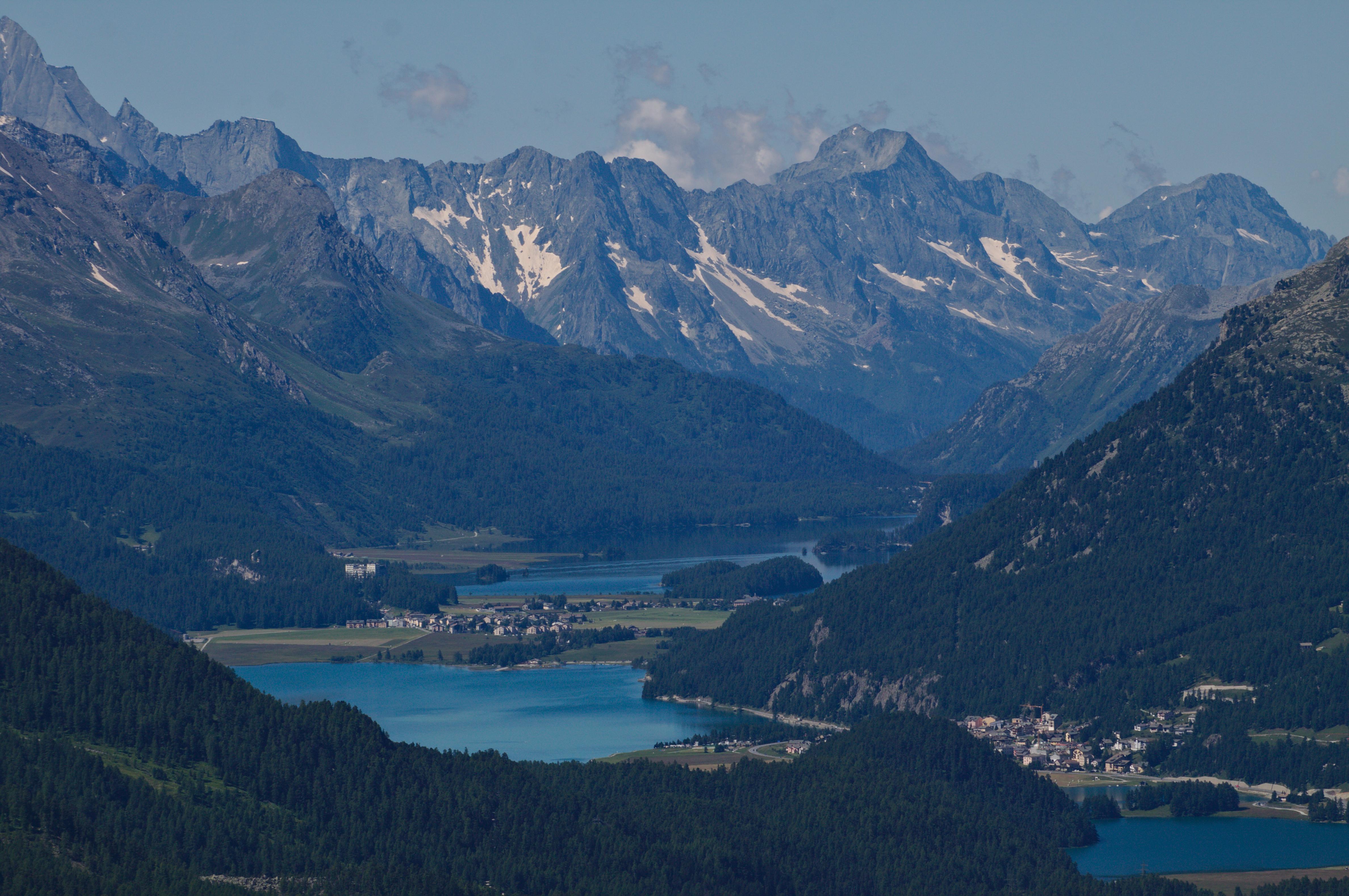 paysage d'une vue de lacs de montagnes et des montagnes et forêts qui les entourent