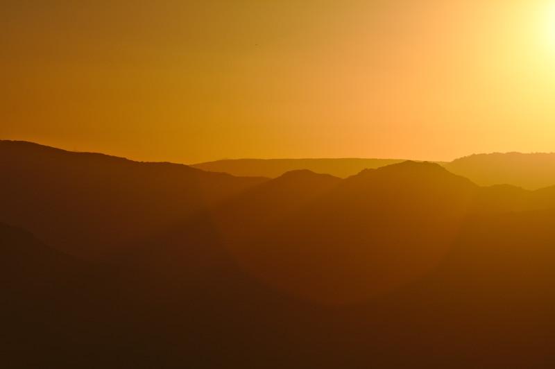 Coucher de soleil, lumière orangée rasant les montagnes à Dorgali