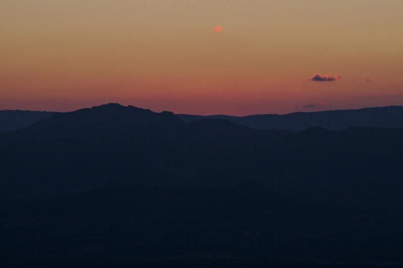 coucher de soleil sur les montagnes de Dorgali, ciel rose