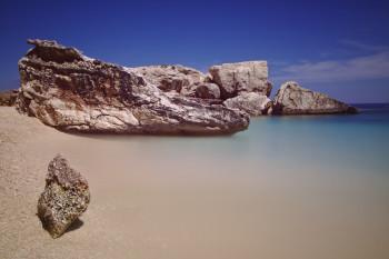 plage de Sardaigne, côte est, pause longue, eau turquoise et rocher